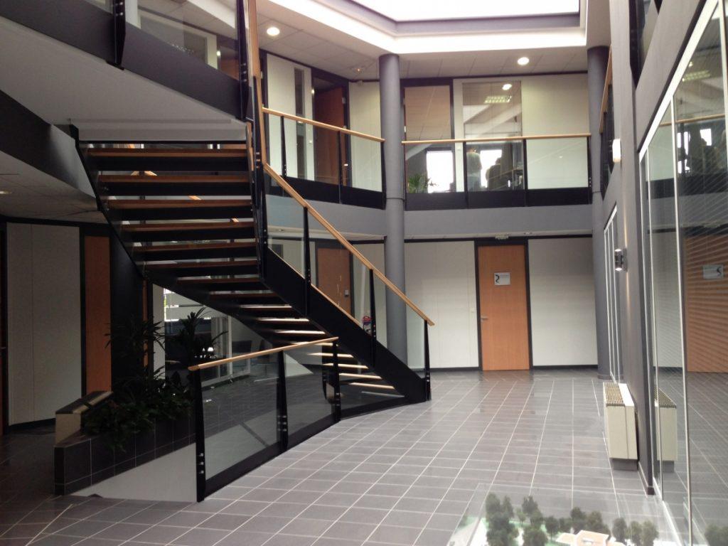 Vue intérieure du centre d'affaires R24 à Charbonnières-les-Bains dans l'ouest lyonnais