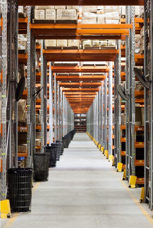 Racks à palettes dans un entrepôt industriel bien organisé