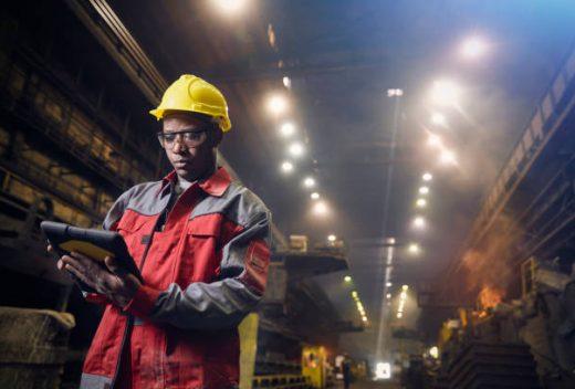Ouvrier en tenue de chantier qui travaille dans un entrepôt