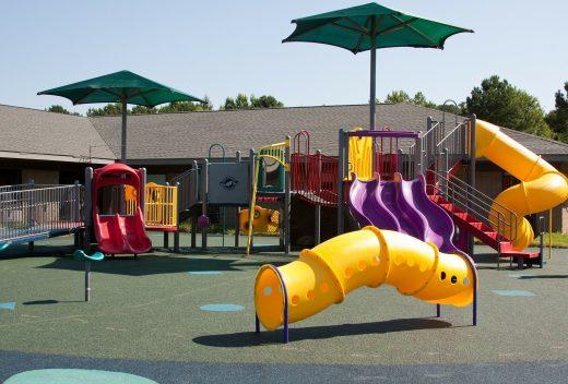 Aire de jeux pour enfants dans une cour d'école