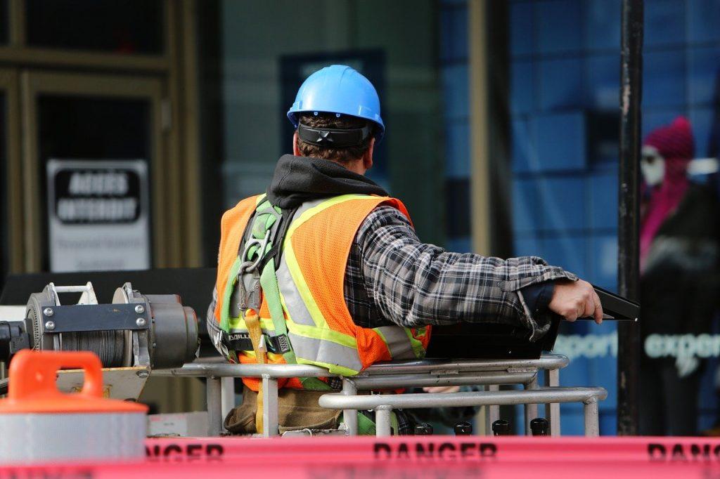 ouvrier sur un site industriel