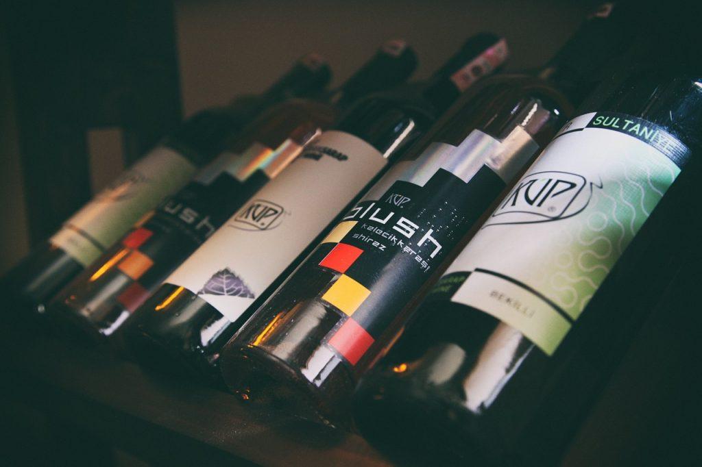 bouteilles de vins disposées sur un étal
