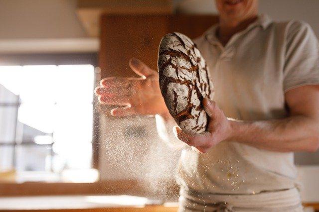 meunier industriel boulanger avec pain dans les mains