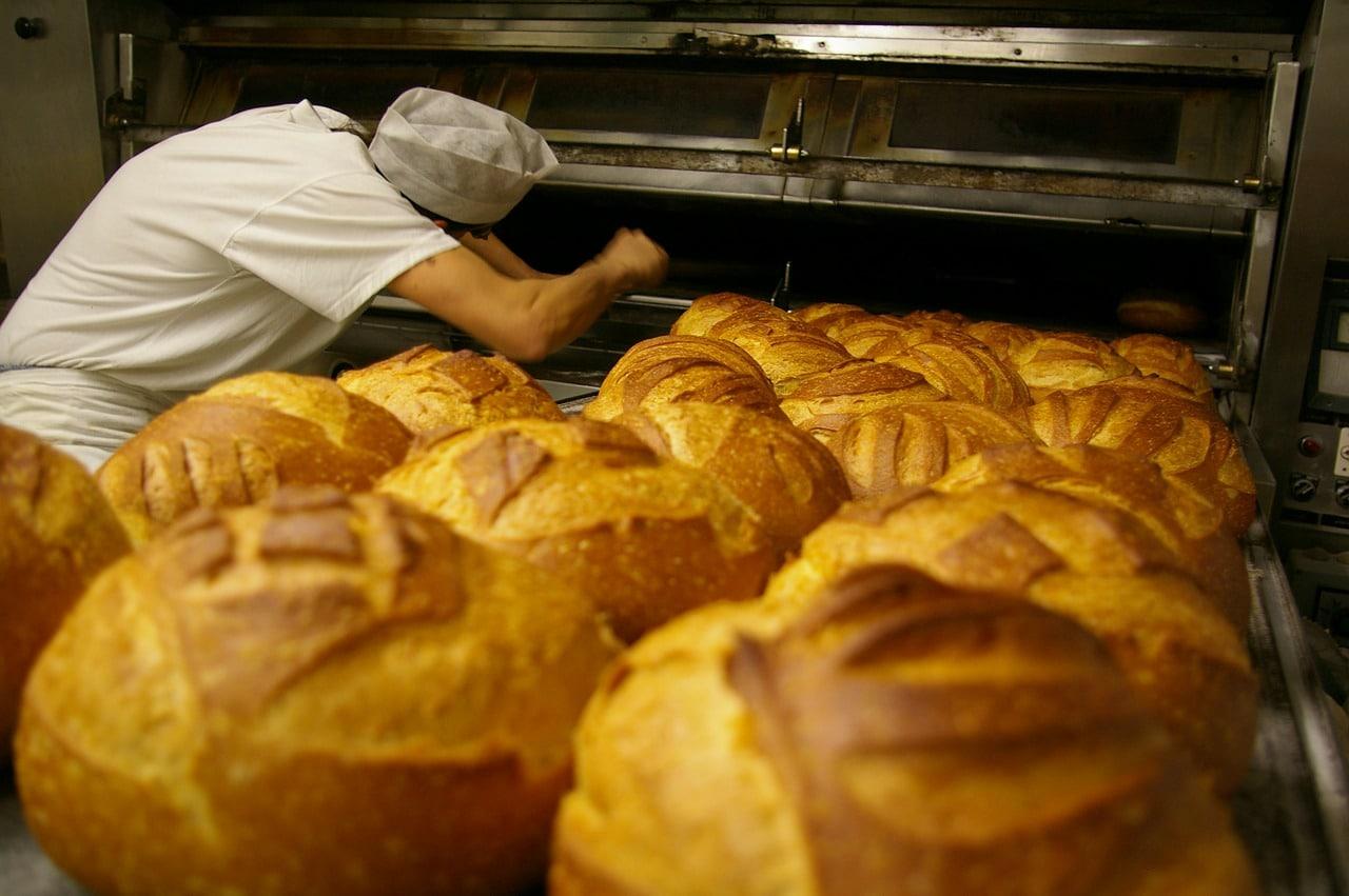 meunier industriel pain qui sort du four
