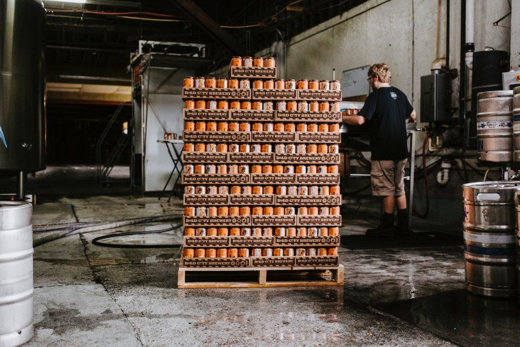 palette dans un entrepôt avec boissons dedans